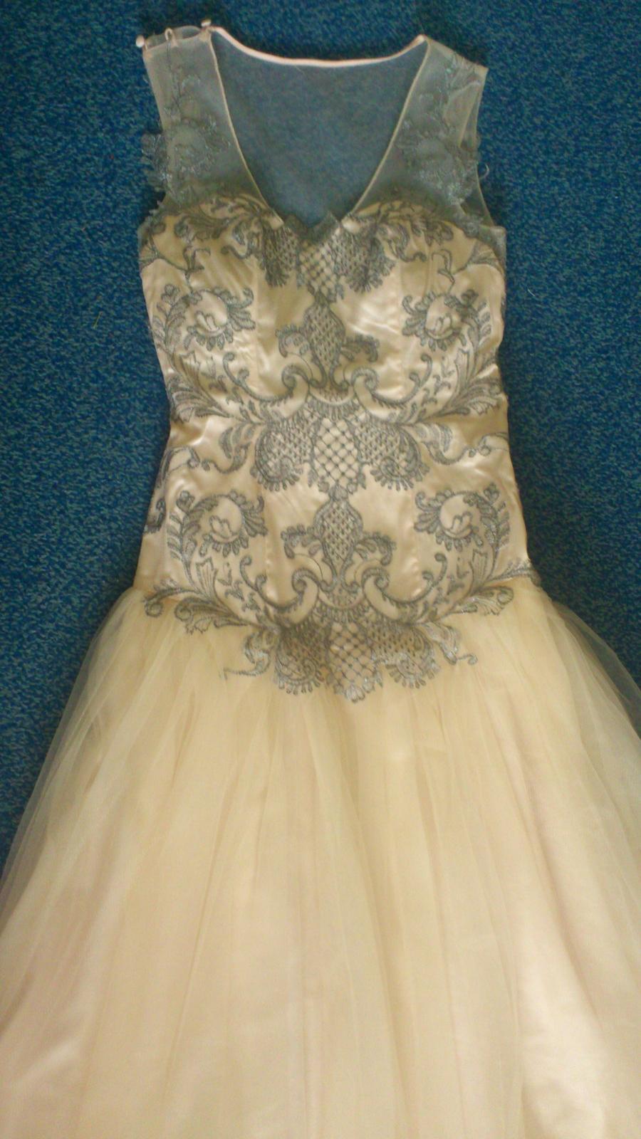 Atypické šaty ze splývavého tylu zdobené krajkou - Obrázek č. 1