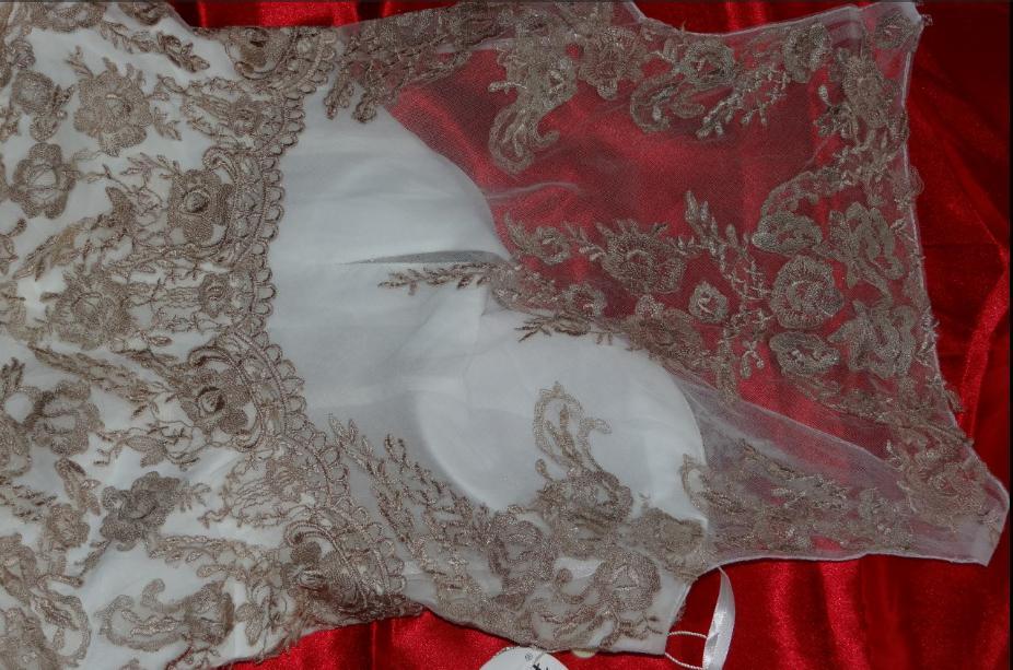Romantické tylové šaty zdobené krajkou  - Obrázek č. 3