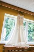 Krajkové svatební šaty s efektními zády, 38