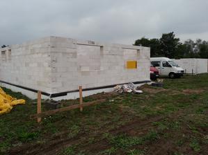 mury sa nakoniec ťahali až v sobotu 2.9.2012, všetko hotové za jeden den