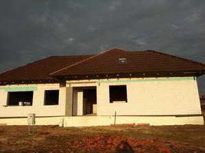 takmer dokončena strecha, .....jeden nekonečny pribeh, naš strechar to dokončuje už mesiac...hlavne že tam nenaprší