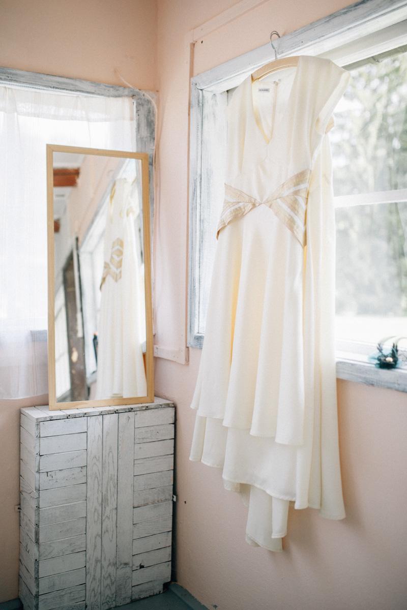 Hana{{_AND_}}Josef - Dlouhá sukně visí za krátkými šatami.