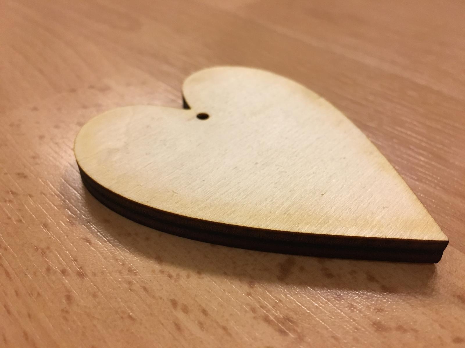 Dřevěná srdce s dirkou 8 cm - Obrázek č. 2
