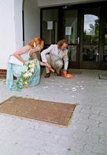 zametání střepů: manžel mi sebral smetáček a všechno zametl sám :-))