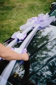 Nádherná fialová výzdoba na svadobné auto,