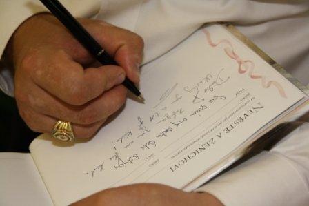 Ona{{_AND_}}On - do svatebni knihy nam napsali svatebcani spoustu krasny vzkazu a prani, MOC DEKUJEME!