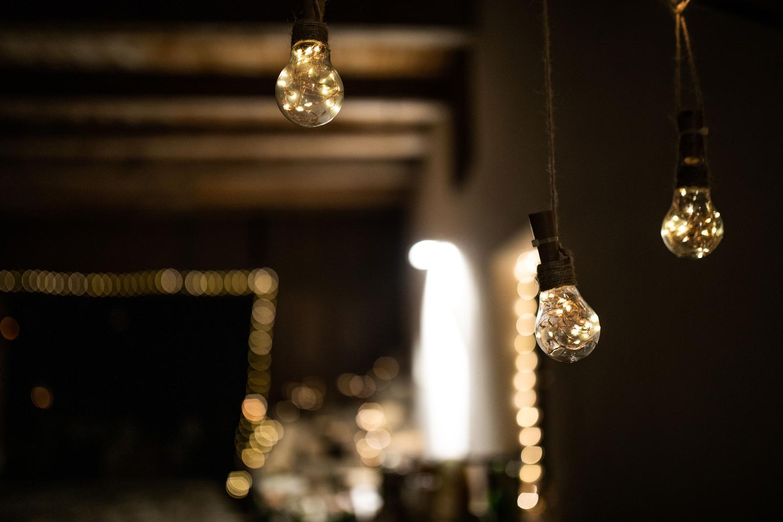 Světýlka v dekoraci ze žárovek na jutovém provázku - Obrázek č. 1