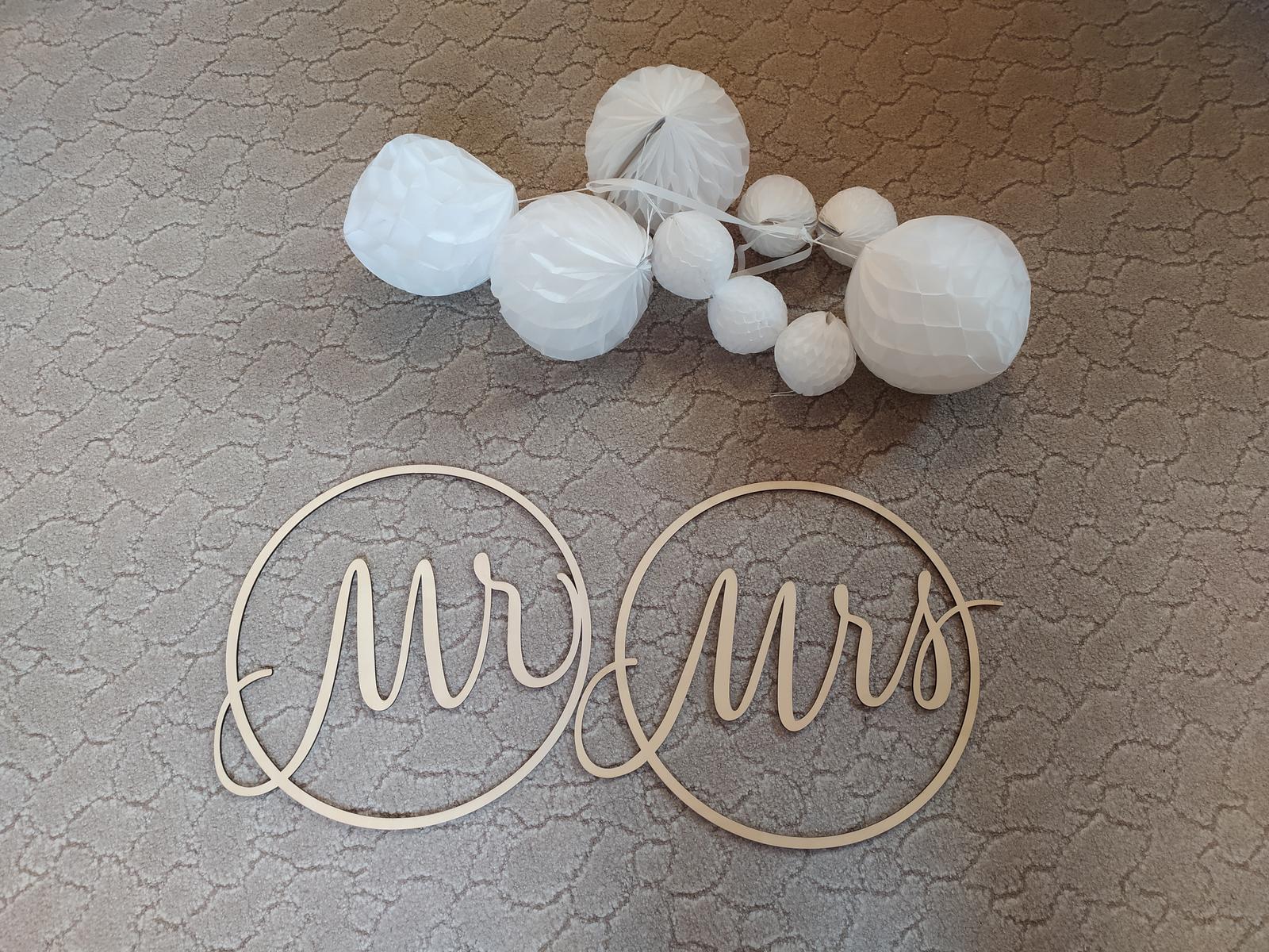 Dekorace Mr a Mrs, Pompomy - Obrázek č. 1