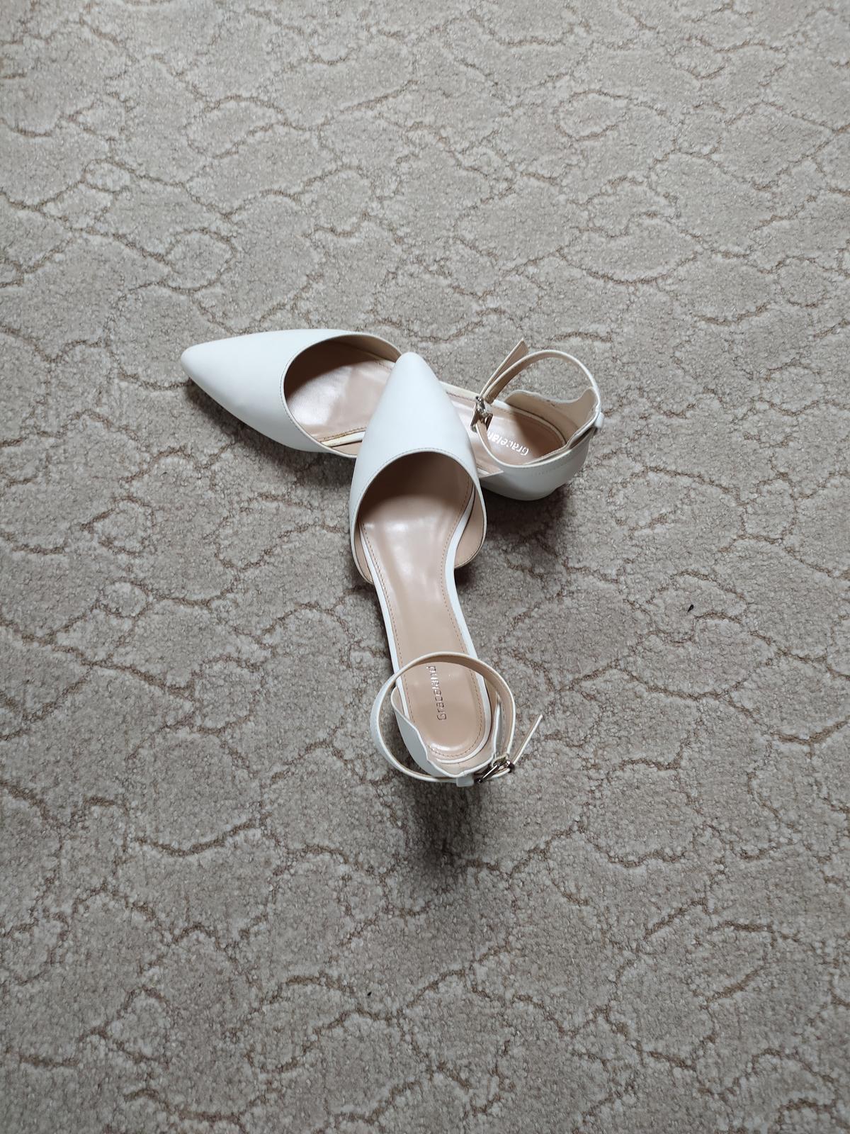 Bílé sandálky s plnou špičkou - Obrázek č. 1