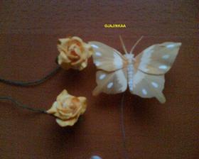 takovéto růžičky a motýlci budou na věnci na dveře