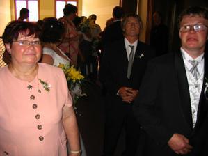 ženich s maminkou v pozadí nevěstin tatínek...