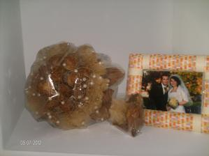 ...svadobná kytička....a rámček pôjde vymeniť za menej nápadný :)