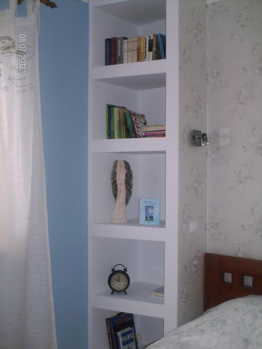 Spálňa....ako sme to s tou knižnicou vymysleli :) - ...tých knižiek tam ešte nie je veľa...ale ja to rýchlo dobehnem :)