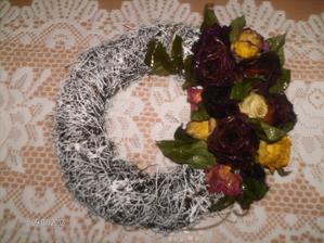 ...rozmýšľala som, kde využijem sušené ruže....a vzniklo toto :)