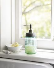 Zavaraninový pohár s otáčavým výčkom - urobiť do neho dieru a použiť starú pumpičku z tekutého mydla