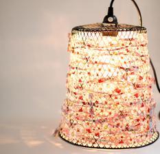 lampa z koša ...ta dá..........http://poppytalk.blogspot.com/2011/06/diy-wire-waste-basket-turned-pendant.html