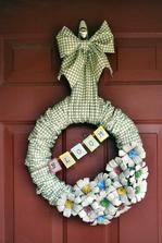 tiež obaly.........(videonavod)..............http://www.addicted2decorating.com/spring-wreath-with-paper-pulp-egg-carton-flowers-video.html