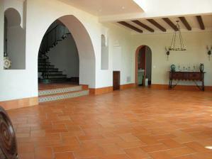 takto bude.. na zemi červená terakota, biele steny a na vrchu drevené hrady alebo drevený strop