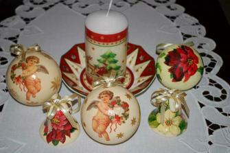 tu je vysvetlený aj stručný popis : http://www.artmama.sk/vianocne-kreacie/vianocne-gule-servitkova-technika