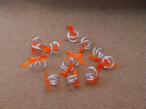 Vlastnoručně vyrobené prstýnky,jako dekorace.Některé budou přilepené na lineckém cukroví a připevněné na výslužky.Jiné poházené po stole