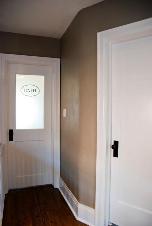 Pudrove steny, biele dvere, lišty a tmava podlaha...presne!