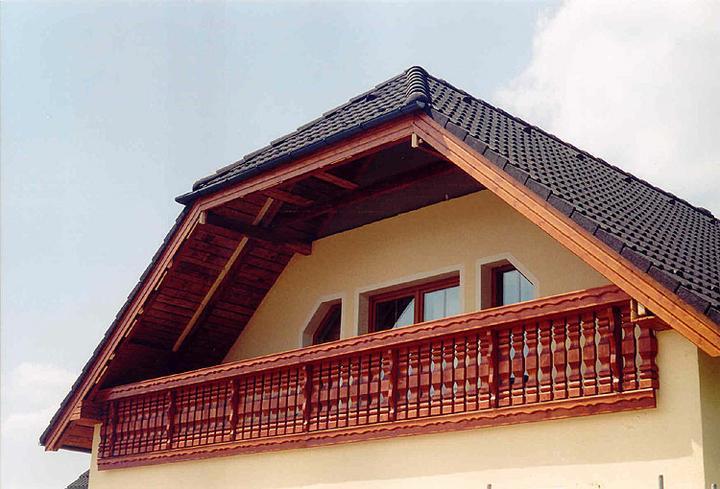Príprava na bývanie ;-) - zacalo sa mi páčiť drevene zábradlie ::( na balkón by to šlo, ale neviem si predstaviť takéto zábradlie na francúzske okno...nemáte niekto ? asi by to vypadalo čudné nie ?