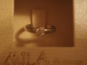 Tímto prstýnkem to vše začalo :) Bílé zlato 18-ti karát, 3mm briliantík