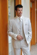 vítězný oblek, pánský světle krémový oblek s proužkem, zapínání na 2. knof.