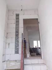 schodisko sme oddelili novou stenou so sklobetonovymi kockami pre svetlo na chodbe