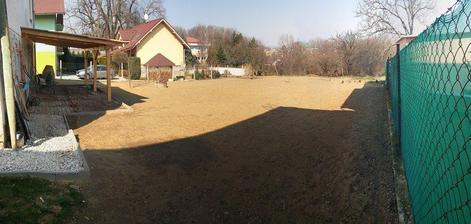 počasíčko nám praje a my napredujeme, trávička posadena, zajtra sa betonuje teraska