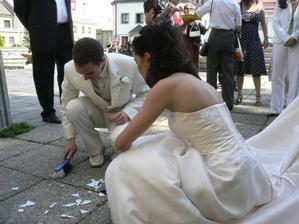 Tradice zametání střepů, ženich ještě sekal polínko