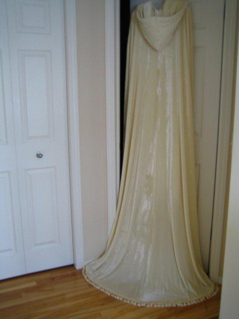 Wedding Royale - a zozadu, vlecka vyzera kratsia kvoli tomu, ze plast je vysoko vyveseny