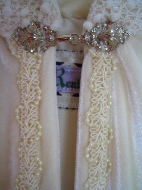 Wedding Royale - detail zapinania pri krku a okrasna cast lemovania po dlzke plasta presivana drobnymi koralkami