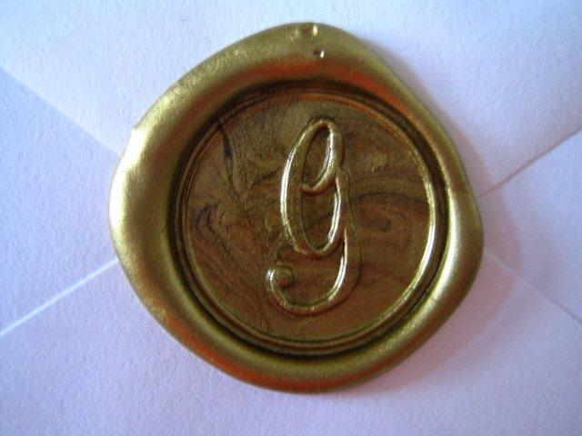 Wedding Royale - detail voskom zapecatenej obalky na dakovne karty s inicialou nasho spolocneho priezviska/zlaty pecatny vosk; (na pozvankach zvonceky v striebornom pecatnom vosku)