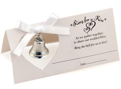Wedding Royale - velmi sikovne riesena viacucelova menovka k svadobnemu stolu (menovka nepotrebuje stojancek, zvoncek je zaroven aj maly darcek pre hosti a ti s nim zazvonia, ked chcu, aby sa novomanzelia znova pobozkali)