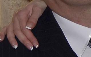 francuzsku manikuru nie; nepaci sa mi, ked nechty takto rusivo kontrastuju na svadobnych fotkach, hladam nieco jemnejsie...