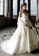 lazaro: strihovo su korzet a zahyby sukne podobne riesene na mojich svadobnych satach (tiez mam vpredu vysivku, len nie zlatu)