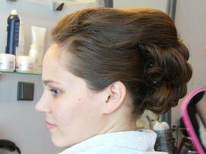 Hotovo. Zatím bez závoje. V originále budou ještě dole spuštěné pramínky vlasů.
