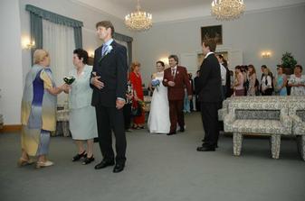 Už kráčí i nevěsta