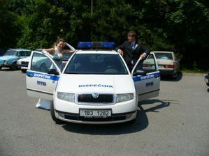 Ženichovo služební autí - prostě si fotku u něj nemohl nechat ujít :-)