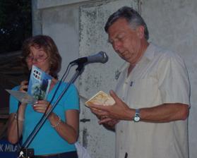 Evica a Petr pročítají svatební blahopřání.