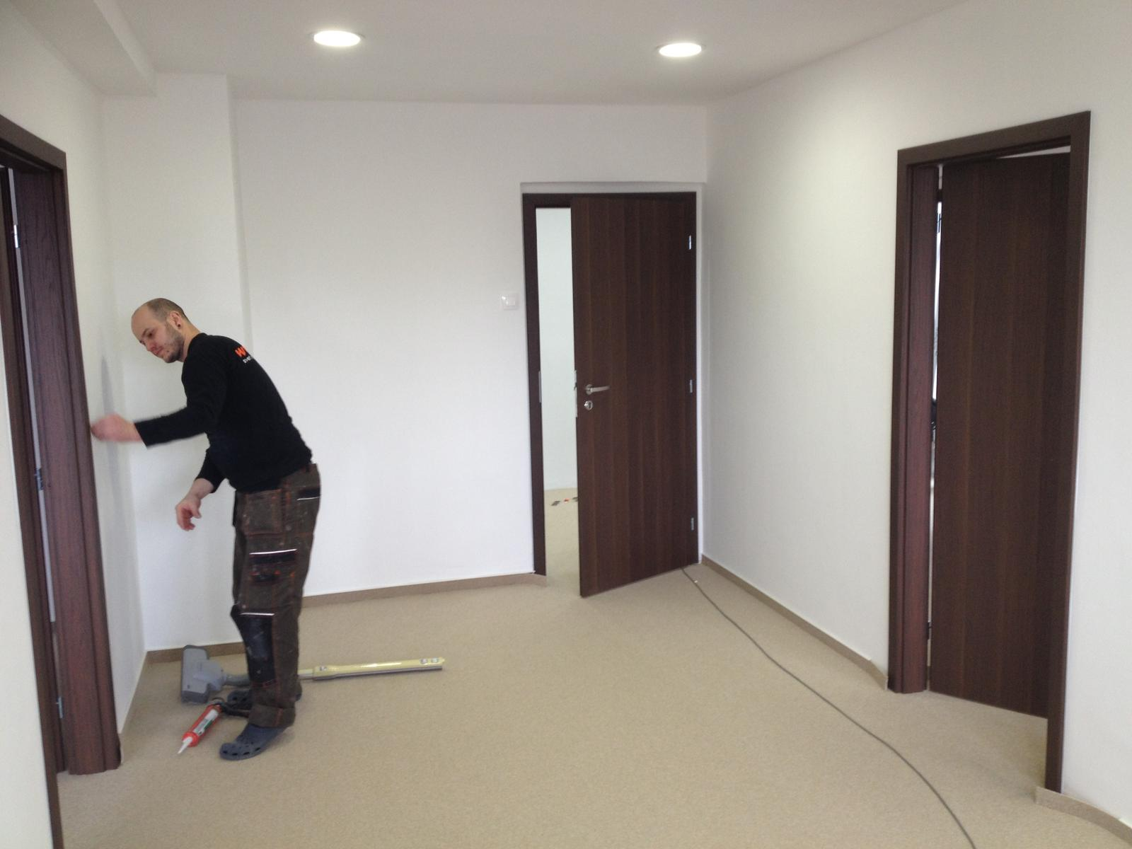 2v1 - Osadenie zárubní a dverí do vopred pripravených stavebných otvorov