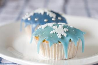 Frosty winter wedding cupcakes