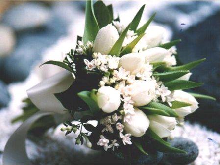 Horucka sobotnajsej noci 05.05.2007 - biele tulipany+drobne biele kvietky