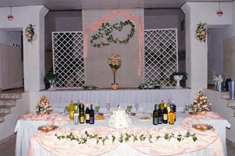 hlavný stôl ešte bez nás!