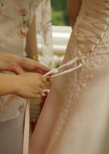 A ani šněrování šatů není lehké :-)