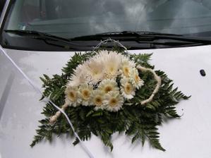 Takovéhle krásně kytice byly na nevěstině a ženichově autě