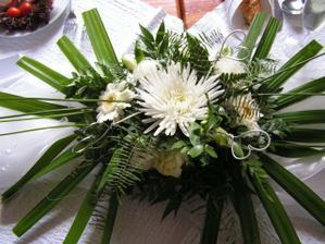 kytice na stolech