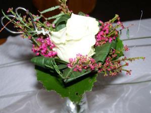 Květinky ve vázách byly všude, kde seděly ženy