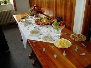 Švédské stoly, nejprve s ovocem a slanými dobrotami...